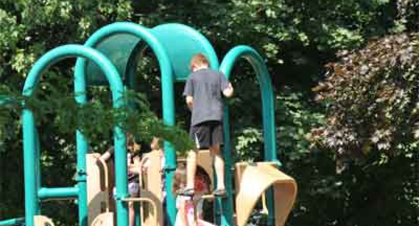 Risk taking play on playground equipment